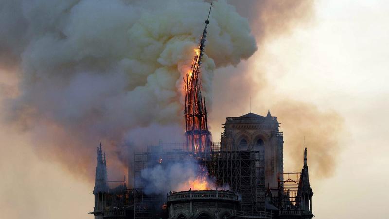 巴黎聖母院於北京時間今日凌晨發生大火,屋頂目前已經全面坍塌